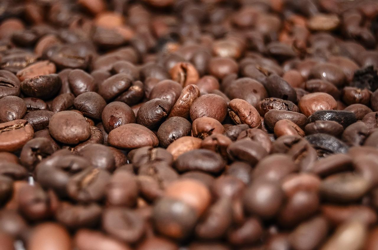 grains de café et boisson